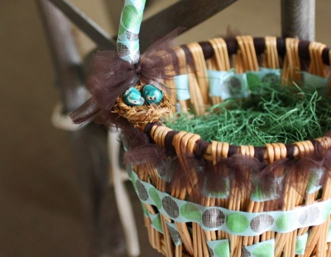 Оригинальное оформление корзины лентами, фатином и декором на Пасху