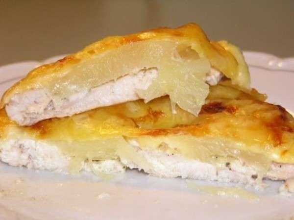 Куриное филе под ананасами и сыром в духовке