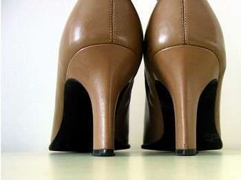 Жмет обувь? Как разносить туфли в домашних условиях
