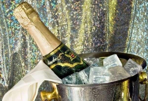 Советское шампанское в ведре со льдом