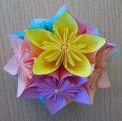 Шар из цветов в технике кусудама выглядит очень красиво, при этом вам практически не придется тратиться на материалы
