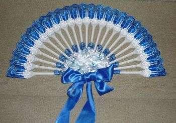 Оригинальный веер из пластмассовых вилок — для маленьких принцесс. Фото с сайта www.guiademanualidades.com