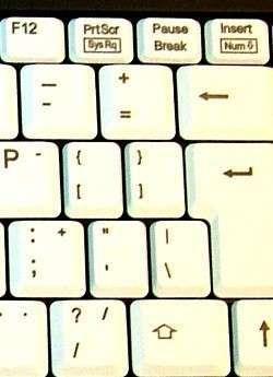 Расположение клавиш на клавиатуре стандартно, вы без труда найдете необходимую