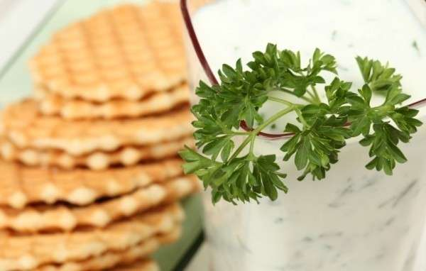 Возможно, вам привычнее сладкий вариант кефира, но с зеленью и различными пряностями он не менее вкусен!