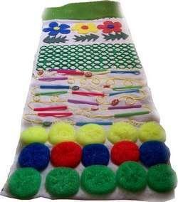 Комбинируем различные материалы в одном коврике. Фото с сайта detsad25.spb.ru