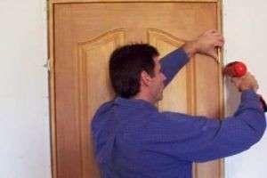 Как установить межкомнатную дверь самостоятельно — от монтажа до наличников