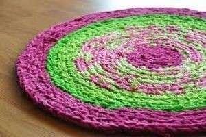 Как создать коврики из старых вещей из трикотажных полосок и шариков и что для этого нужно