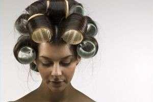 Распрямитель волос и бигуди-липучки для создания красивых причесок