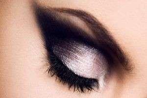 Один из лучших вариантов макияжа — смоки айс для карих глаз