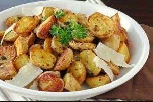 Как вкусно запечь картошку в духовке с майонезом, сметаной, салом, чесноком?