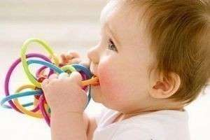 Как понять, что у малыша режутся зубки — симптомы