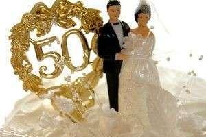 Что подарить на золотую свадьбу родителям: практичное, символичное или необычное?