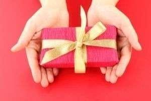 Что подарить брату на день рождения: как выбрать и преподнести сюрприз, учитывая возраст именинника