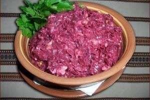 Все очень просто и вкусно — салат из свёклы с чесноком и сыром