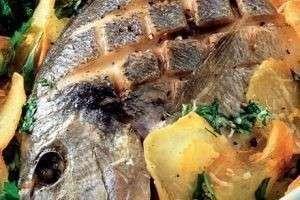 Дорада, запеченная с картофелем
