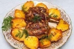 Картошка, запеченная в духовке с мясом курицы, фаршем, свининой, салом, беконом