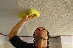 Как правильно клеить потолочную плитку: ремонт своими руками
