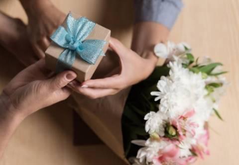 Что подарить начальнице на 8 марта: идеи подарков и нестандартные решения