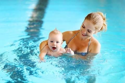 Как научить плавать грудничка?