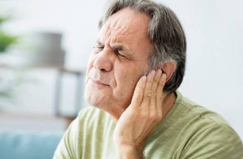 Почему часто звенит в ушах и что с этим делать?