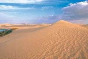 Откуда в пустыне песок, почему он там находится и какой именно песок в пустыне?