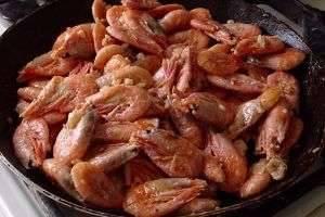 Быстрые и вкусные рецепты того, как пожарить креветки на сковороде