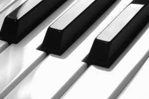 В чём отличия электронного пианино от синтезатора?