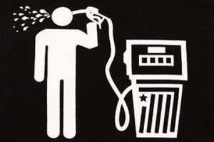 Почему дешевеет нефть и дорожает бензин: как это связано с ростом зарплат, курсом доллара и мировой политикой?