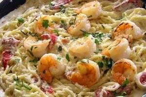 Нежнейший вкус спагетти с креветками в сливочном соусе не оставит равнодушным