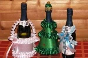 Как украсить новогоднее шампанское конфетами и лентами