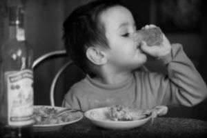 Ребенок выпил алкоголь – симптомы, последствия, первая помощь