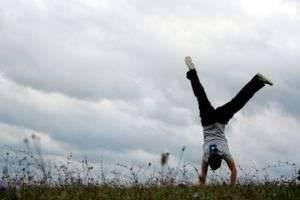 Как научиться делать колесо: акробатика на дому