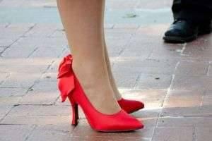 Что носить с красными туфлями: дерзкие и элегантные варианты