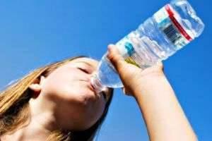 Можно ли пить воду во время тренировки? Мифы и реальность