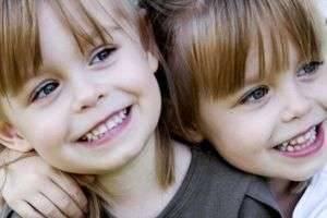 Чем отличаются близнецы от двойняшек — почему одни похожи между собой, а другие нет?