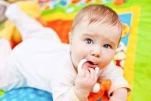 В каком возрасте ребенок начинает сидеть и нужно ли ему помогать?