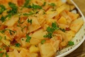 Как потушить капусту с картошкой, чтобы было вкусно: идеи для хозяйки