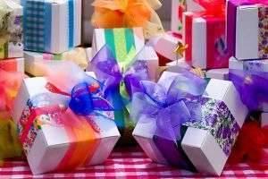 Свадебные подарки своими руками: фото, идеи, мастер-классы