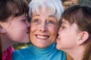 Что можно подарить бабушке на день рождения — интересные и доступные варианты