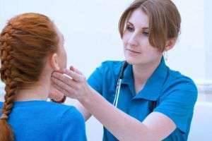 Почему воспаляется лимфоузел за ухом у детей и взрослых, и что с этим делать?