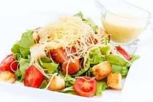 Как сделать салат «Цезарь»: секреты приготовления