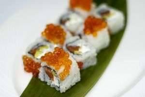 Чем  отличаются роллы от суши  — форма, начинки, приправы, способ приготовления и сворачивания