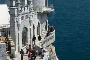 История «ласточкиного гнезда» - романтический замок на краю утеса