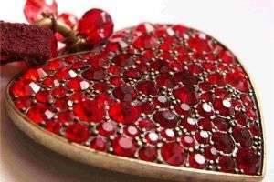 Что подарить на рубиновую свадьбу родителям: правильные символы торжества