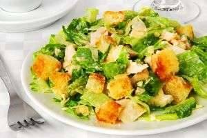 Салат с отварной куриной грудкой: вкусные варианты приготовления