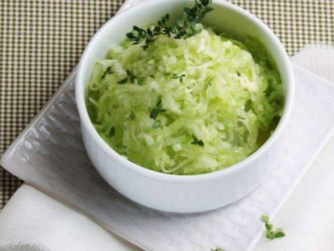 Интересные рецепты салата из редьки с луком