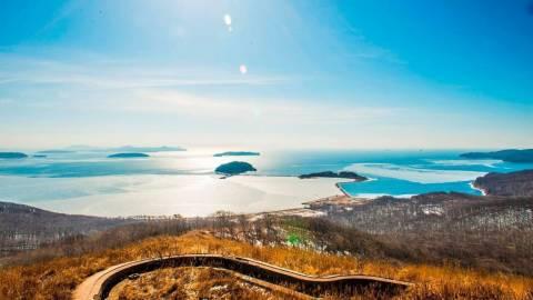 Море, омывающее остров Русский и самые популярные пляжи