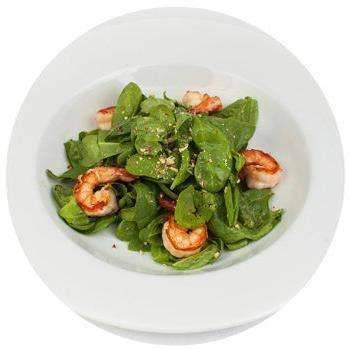 Приготовление салата со шпинатом и креветками