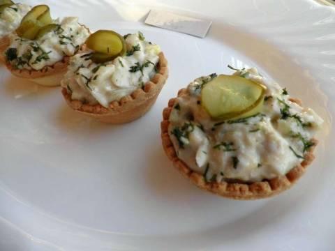 Салат с печенью трески, яйцом и огурцом