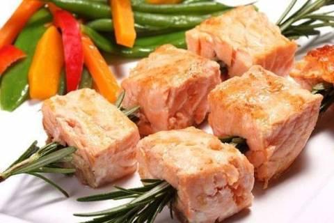Как приготовить шашлык из скумбрии, семги и другой рыбы на шампурах и решетке?